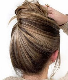 This is the very recent collection of Summer Hair Color Ash Brown. To get a new and more gorgeous look, select an option fast from this list. Brown Hair With Highlights, Brown Blonde Hair, Hair Color Highlights, Chunky Highlights, Peekaboo Highlights, Medium Blonde, Caramel Highlights, Golden Blonde, Wavy Bob Hairstyles