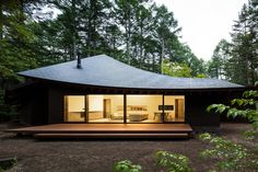 Completed in 2018 in Karuizawa, Japan. Images by Norihito Yamauchi. The villa is located in a forest in Karuizawa, Nagano prefecture of Japan. The privately owned villa is designed to accommodate the owners and their. Karuizawa, Villa, Design Exterior, Roof Design, Japan Design, Japanese House, Japanese Home Design, Mid Century House, House In The Woods