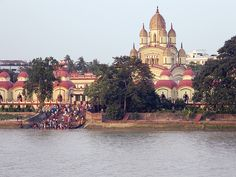 Dakshineswar Kali Temple in Kolkata belongs to West Bengal state in India. The marvelous structure which lies on the banks of River Hooghly. Kali Puja, Kali Hindu, Temple Drawing, Lakshmi Images, Sanctum Sanctorum, Kali Goddess, Indian Temple, West Bengal, Main Entrance