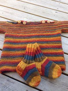 Theogenser og sokker fra Seitsämän veljestä garn. Elsker fargene.
