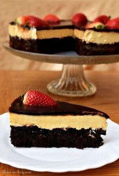 Mieliście kiedyś dylemat – czy upiec coś mocno czekoladowego, czy może ukręcić sernik? Ten przepis powstał właśnie z myślą o takich dylematach, a raczej po to, byśmy już więcej nie musieli takich dylematów rozstrzygać!  Ciężkie, wręcz ociekające czekoladą, wilgotne Brownie, przełamane smakiem puszystej serowej, śmietankowej masy, daje niepowtarzalnie pyszny smak. Wykończenie polewą czekoladą i …