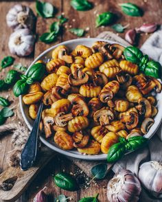 Recipe for crispy fried gnocchi with mushrooms, garlic-basil-parsley pesto – vegan, delicious and quickly prepared!-] Recipe for crispy fried gnocchi with mushrooms, garlic-basil-parsley pesto – vegan, delicious and quickly prepared! Gnocchi Vegan, Pesto Vegan, Gnocchi Pesto, Vegan Food, Gnocchi Mushroom, Pesto Pasta, Garlic Mushrooms, Stuffed Mushrooms, Roasted Mushrooms