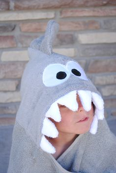 Sewing Tutorials Shark Hooded Towel Tutorial - Shark Hooded towel tutorial and pattern allows you to make a shark towel for your baby or toddlers or kids. Sewing Projects For Kids, Sewing For Kids, Baby Sewing, Diy For Kids, Sewing Crafts, Big Kids, Kids Hooded Towels, Hooded Bath Towels, Baby Hooded Towel