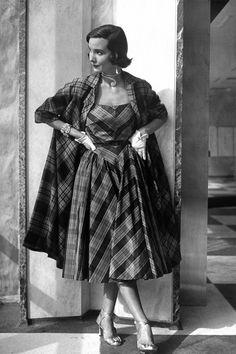Retro Fashion Fashion Photos and Trends - Fashion Trends From The - A look back at the era of elegance. 60s Fashion Trends, Fifties Fashion, Retro Fashion, Trendy Fashion, Vintage Fashion, Cheap Fashion, Fashion Fashion, Tartan Fashion, Club Fashion