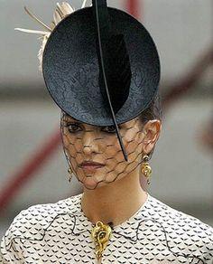 Laura Ponte espectacular con este tocado con rejilla sobre la cara
