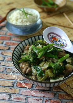 Paleo Chicken Stir Fry with Broccoli + Cabbage over Cauliflower Rice