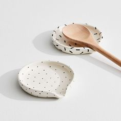 Each piece in Louisa Podlich's collection starts as a tiny ball of clay and is shaped and decorated by hand, a mano. Perfect for meal prepping or Sunday dinner, this A MANO Patterned Spoon Rest is available in two eclectic patterns, and m Ceramic Pottery, Ceramic Art, Ceramic Spoons, Slab Pottery, Ceramic Decor, Pottery Vase, Ceramic Mugs, Ceramic Tableware, Ceramica Artistica Ideas