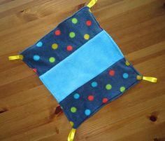 Hangmat van resten fleece aan de ene kant zit een blauwe streep aan