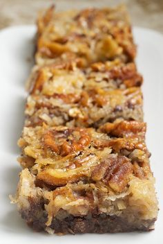 German Chocolate Pecan Pie Bars - Oh my goodness! German chocolate and yummy pecan pie all in one bar. 13 Desserts, Delicious Desserts, Yummy Food, Delicious Chocolate, Dessert Healthy, Plated Desserts, Think Food, Love Food, Cookie Recipes