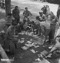 Guerre 1939-1945. Libération de Paris. Soldats de la 2ème DB du général Leclerc au bois de Boulogne. Partage du tabac, chewing-gum, chocolat, poudre dentifrice etc... Août 1944.