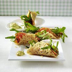 Knusprige Parmesanröllchen mit Lachs Rezept