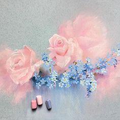 Сегодня у нас с мужем наш день! День нашей Свадьбы!День, когда мы официально стали ячейкой общества Помню, как мы попали в жуткую пробку и опаздывали в загс. Звонили и просили нас подождать. Очень смешно было Вот так с суматохи и веселья началась наша семейная жизнь А у Вас были  курьёзные моменты в тот самый день? #пастель #цветы #рисуюпастелью #softpastels #softpastel #schmincke #flowers