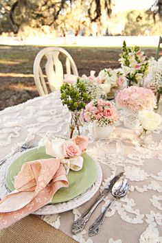 Shabby Chic Garden Party Birthday Table Settings 17 Ideas For 2019 Romantic Table Setting, Beautiful Table Settings, Wedding Table Settings, Place Settings, Table Wedding, Bodas Shabby Chic, Shabby Chic Events, Shabby Chic Napkins, Deco Buffet