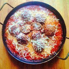 Igazi mediterrán egytálétel, isteni szószban, amit csakis foszlós kenyérrel érdemes tunkolgatni. Egy pohár vörösbor avagy roséfröccs és a mennyekben érzed magad. Kipróbálásra erősen ajánlott! :) Hozzávalók: 0,5 kg darált marhahús 1 tojás 1 csomag apró mozzarella golyócskák egy kevés panko (vagy házi... Mozzarella, Food And Drink, Ethnic Recipes, How To Make, Recipes, Cooking Recipes, Kochen