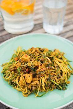 Bami van Courgette- Op OMF heb ik al veel vaker recepten voor Courghetti gedeeld, spaghetti-recepten waarbij ik de spaghetti heb vervangen door courgette. Dit soort gerechten zijn Paleo, passen prima in een koolhydraatarm dieet en zijn bovendien ook al gauw een stuk gezonder dan pastagerechten. En niet te vergeten: courgette is een prima vervanger voor pasta, qua textuur komt het heel dicht in de buurt!