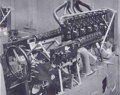 Brandenburg W.12 com duas Spandau sincronizadas em cada lado do motor. O piloto tinha acesso livre às culatras para rearmar as armas e para remover munição engasgada.