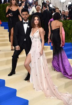 Selena Gomez and The Weeknd make their debut as couple at Met Gala. Selena Gomez and The Weeknd made their red carpet debut as a couple Monday. Selena Gomez Fashion, Style Selena Gomez, Fotos Selena Gomez, Selena And Abel, Selena Gomez The Weeknd, Cute Celebrity Couples, Celebrity Style, Celebrity Gossip, Celebrity Photos