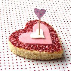 Deze schattige hartjes zijn natuurlijk een schot in de roos voor kinderen met Valentijnsdag of als traktatie! Deze variant is gemaakt met eierkoek, maar natuurlijk is hij ook leuk met zelfgemaakte koekjes. Recept op http://dekinderkookshop.nl/recipe-items/schot-in-de-roos/