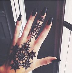 i have always been a fan of henna tattoo's. first of all, they look beautiful. check out some of these gorgeous henna designs. would you rock a henna tattoo? Henna Tattoos, Et Tattoo, Tattoo Motive, Mehndi Tattoo, Mandala Tattoo, Sick Tattoo, Dope Tattoos, Girl Tattoos, Tatoos