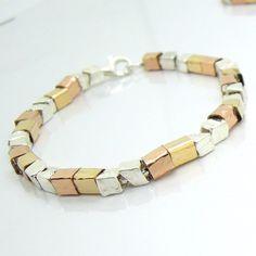 Multi kleur gehamerd goud gevuld en zilveren armband door HadasGold op Etsy https://www.etsy.com/nl/listing/225538156/multi-kleur-gehamerd-goud-gevuld-en
