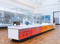 A coleção de cerâmicas V é uma das maiores e inigualáveis glórias do mundo. As galerias foram construídas propositadamente em 1909, em Londres, e foi remodelada e reconfigurada pelo arquiteto Stanton Williams em 2009. A Cartlidge Levene projetou a identidade e a ambientação da galeria, com estreita colaboração do arquiteto Staton Williams e da equipe de curadores da V Há uma seqüência de sete galerias conectadas, cada uma com um tema.