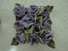 Vaso de madeira com rosas de tecido. R$35,00