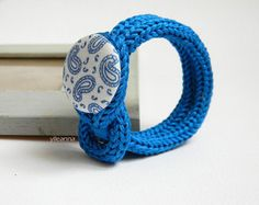 Minimalist bracelet - Fiber jewelry - Floral bracelet - Azure - Floral wristband  Cotton bracelet with a handmade button covered with floral pattern fabric. It is very soft and comfortable to wear. YARN: bracelet in 100% cotton. SIZE: inner circumference is 15.5cm - 6 1/8. Very flexible. Button is 3 cm across - 1 1/8 If you need a larger or smaller size feel free to contact me. COLOR: azure, pale blue, white. MADE TO ORDER, please allow 3/5 days to prepare for shipment. You will receive it…
