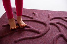 Kořenový koberec pro zdravé a silné nohy. Skvělá prevence proti ortopedickým problémům a bolesti. Chodidla potřebují zapojit všechny svaly, aby udržovaly ve správném pozici kosti tvořící celé chodidlo. Pro zajímavost chodidlo obsahuje 26 důležitých kůstek - obě chodidla (52 kostí) tvoří 1/4 všech kostí v těle. Zdravá chodidla potřebují překážky, aby zapojily všechny svaly, které drží kůstky, proto jsou ploché podlahy velké zlo pro chodidla. Choďte v přírodě naboso a po RootyRUGu.
