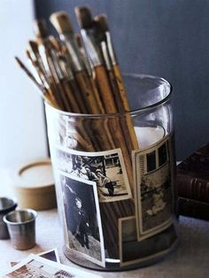 #kwasten in een glazen pot met oude foto's. #Painting #brushes in a glass with old photo's.