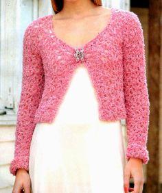 bolero en rosa tejido en crochet  Dulzura a flor de piel... La textura de este bolero rosa es lo que acentúa la apariencia femenina y delicada. Es afelpado y en punto calado, un abrigo de verano para románticas incurables.