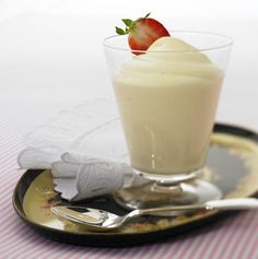 very famous German cream with vanilla. To this cream can fit all red Fruchtsossen Strawberry or raspberry German Desserts, Köstliche Desserts, Torte Recepti, Raspberry, Strawberry, Glass Of Milk, Panna Cotta, Vanilla, Food And Drink