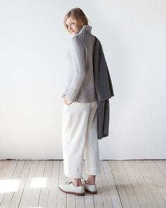 A modern classic, Flet is a raglan pullover with a unique chained rib delineating the raglan, the bottom and the cuffs. Seaming provides stability and shaping; it works up quickly in Får.