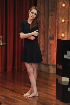 """Kristen Stewart perdió hasta los zapatos durante su visita al programa """"Late Night With Jimmy Fallon"""". (Noviembre 7, 2012)"""