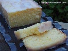 Cake  Citron   -   170°    -   200 g de sucre 120 g de beurre fondu le zeste d'un citron jaune 165 g d'oeuf 150 g de farine 80 g de jus de citron 1/2 c. à c levure chimique Pour le glaçage 25 g de jus de citron 130 g de sucre glace