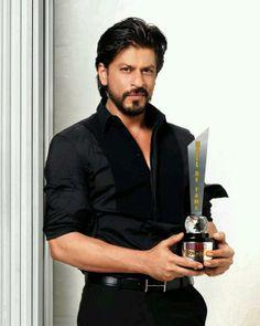 Shah Rukh Khan taking a picture with his latest award Shahrukh Khan And Kajol, Aamir Khan, Salman Khan, Ranveer Singh, Bollywood Stars, Bollywood News, Shahid Kapoor, Kareena Kapoor, Richest Actors
