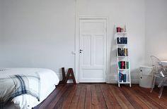 future apartment White Hardwood Floors, Mattress On Floor, Ladder Bookshelf, Home Id, Bedroom Flooring, Floor Colors, Door Furniture, Wooden Flooring, White Bedroom