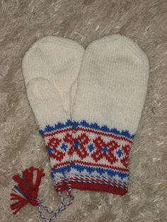 Mittens inspired from our natives: the samii-people/lapp people. They are to be knitted in bright white, . Mittens Pattern, Knit Mittens, Knitted Gloves, Knitting Yarn, Knitting Ideas, Handicraft, Ravelry, About Me Blog, Sewing