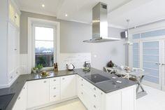Piękna kuchnia: wnętrza w klasycznym stylu - Galeria - Dobrzemieszkaj.pl Kitchen Styling, Kitchen Cabinets, Classic Style, Kitchen Design, House, Design Ideas, Home Decor, Cuisine Design, Decoration Home
