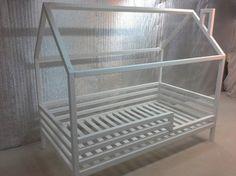 Kinder soliden Kabine Bett mit Kissen-Top-Matratze. Seine einzigartige Konstruktion macht es anders als einfache Betten. Das Bett wird ein beliebter Ort für Ihr Kind, wo er Zeit beim Spielen verbringen können, Bücher lesen, und nur liegen und beobachten Karikaturen. Es sieht aus wie
