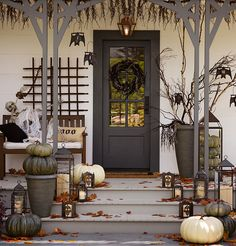 60 Crafty DIY Halloween Porch Decor and Design Ideas Halloween Veranda, Casa Halloween, Holidays Halloween, Vintage Halloween, Halloween 2018, Whimsical Halloween, Halloween Party, Pretty Halloween, Halloween Themes