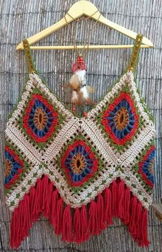 Crochet Granny Square Patterns This is an awesome halter! No pattern;but if you need a pattern,there are over 2000 free granny square patterns on my granny square board! Crochets En Crochet, Débardeurs Au Crochet, Crochet Shirt, Love Crochet, Crochet Granny, Crochet Crafts, Crochet Projects, Crochet Bikini, Crochet Tops