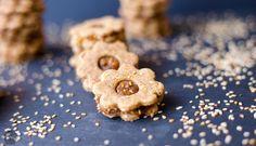 Vegane Dattel-Sesam-Kekse sind nicht nur das ganze Jahr über gesund und unglaublich aromatisch-lecker, sondern auch sehr einfach gebacken, versprochen!