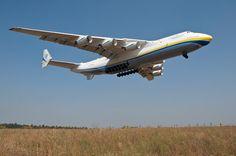 Antonov An-225 ląduje na lotnisku Kijów-Hostomel