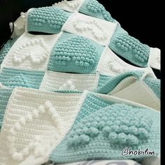 Discover thousands of images about Sonunda kalpli battaniyeyi iki renk yapma firsati buldum Crochet Puntada Bobble, Bobble Stitch Crochet, Crochet Quilt, Crochet Squares, Crochet Motif, Crochet Heart Blanket, Crochet Blanket Patterns, Manta Crochet, Knitted Blankets