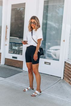 146 cute sporty outfits ideas try this fall - Ideen für Sportbekleidung Cute Sporty Outfits, Summer Work Outfits, Spring Outfits, Winter Outfits, Casual Shorts Outfit, Bermuda Shorts Outfit, Casual Street Style Summer, Summer Airport Outfit, Summer Leggings Outfits