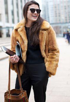 Total look noir + fourrure vintage courte = le bon mix (photo The Sartorialist)