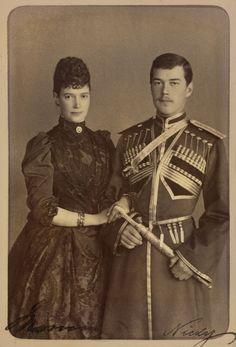 Maria Feodorovna, imperatriz da Rússia, com seu filho mais velho Czarevich Nicholas, depois, Nicolau II. Eles estão de pé juntos com Maria Feodorovna para a esquerda, o braço ligado ao seu. Czarevich Nicholas está usando um uniforme cossaco e segurando uma pequena espada. A fotografia é assinada 'Maria' e 'Nicky'. Cerca de 1889.