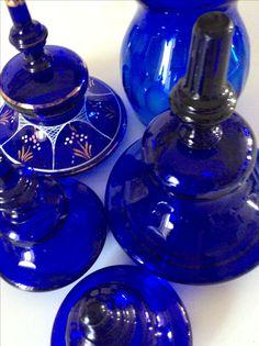 Coperchi di vasi di vetro blu. Periodo 1800