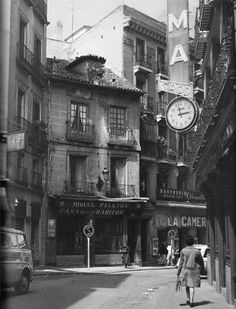 Calles Postas. Madrid, años 70. Old Photography, History Of Photography, Foto Madrid, Barcelona City, Street Photo, Old Photos, Vintage Photos, Big Ben, Architecture
