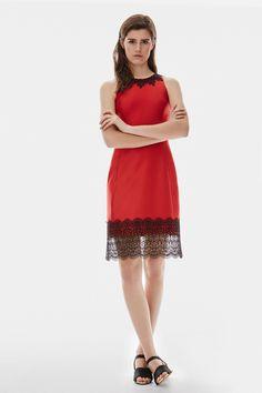 Vestido rojo de raso con encaje